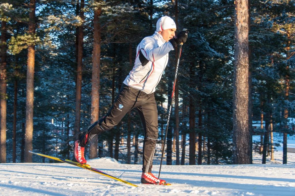 Håkon åker skidor
